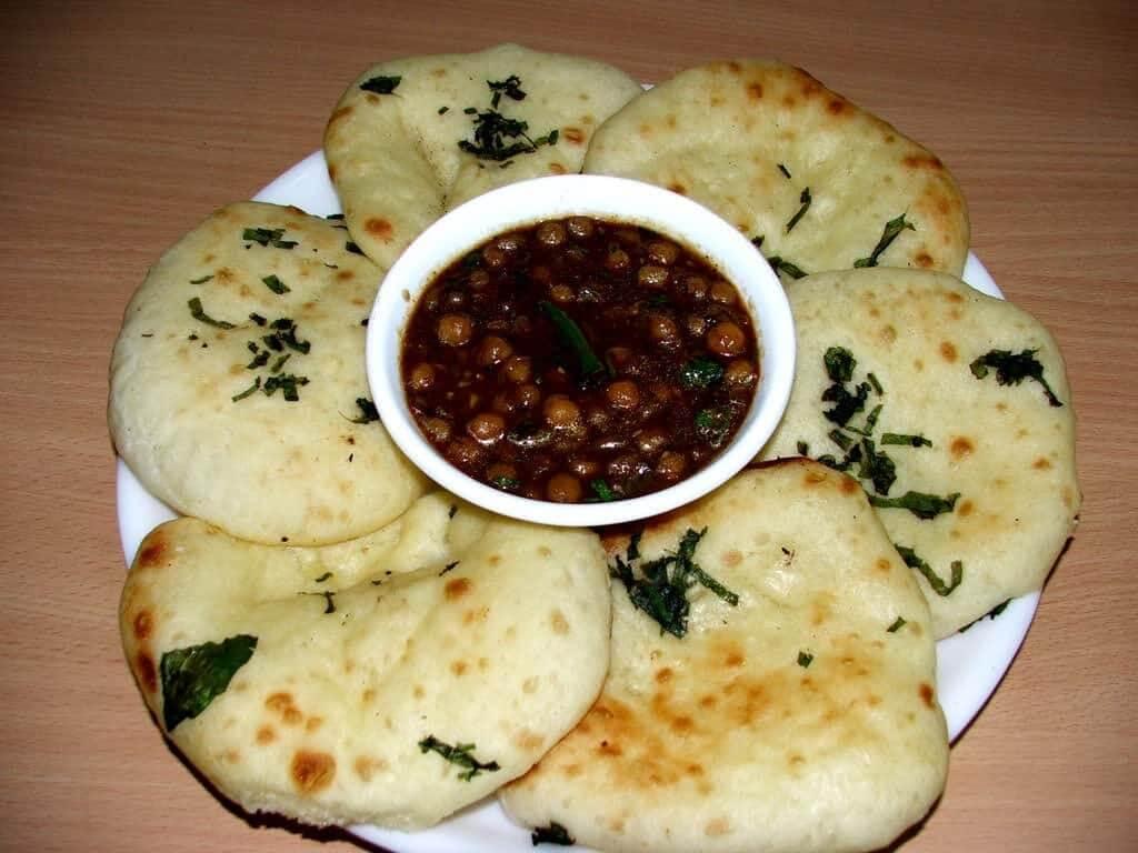街頭大黃銅鍋裡的神秘料理:彈牙麵餅 Kulcha 搭配香辣熱燙的鷹嘴豆糊