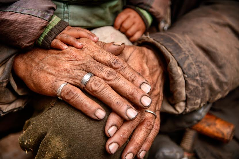 旅行印度各地,我從他們的雙手看見深刻卻沈默的生命故事