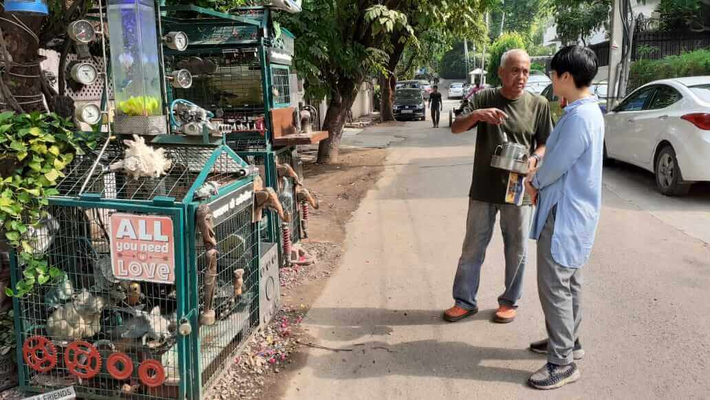 新德里豪宅區的「水甕人」:用一杯水、一份歐姆蛋土司行善的「一種瘋狂的表現」